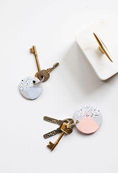 The cutest DIY speckled keychain tutorial to give your keys a colorful makeover l Schlüsselanhänger selber machen manualidades llaveros Speckled DIY Clay Keychains - Sugar & Cloth Polymer Clay Crafts, Polymer Clay Earrings, Handmade Polymer Clay, Clay Keychain, Keychain Ideas, Diy Keyring, Cool Keychains, Handmade Keychains, Handmade Ornaments
