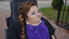 """Bogumiła Siedlecka od kilku lat jest jedną z najpopularniejszych vlogerek wśród kobiet z niepełnosprawnością. Laureatka Nagrody w Konkursie """"Człowiek Bez Barier"""". Autorka autobiografii. Ze mną rozmawia o tym, jak to się wszystko zaczęło http://sylwia-cegiela-professional-profile.blogspot.com/2016/06/anio-na-resorach-niezwykle-inspirujaca.html"""