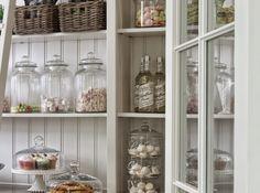 キッチンの収納はどこのお宅でも悩みの種ですよね。 作り付けの大きな食器棚や床下収納など工夫されてい…