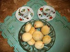 pão de queijo recheado com frango e milho:   INGREDIENTES: 2 xícaras(chá)de leite1/2 xícara(chá) de água1/2 xícara(chá) de óleo2 e 1/2 xícaras de polvilho doce3 ovos1 ...