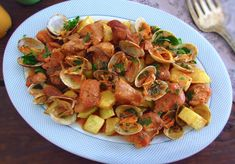We suggest this tasty traditional Portuguese meal of pork with clams! It's easy to prepare, has a delicious presentation and. Clam Recipes, Pork Recipes, Great Recipes, Cooking Recipes, Carne Alentejana Recipe, Grilled Sardines, Portuguese Recipes, Portuguese Food, Easter Dishes