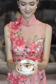 Find Simple Ideas for Home Decoration! Cheongsam Modern, Cheongsam Wedding, Cheongsam Dress, Wedding Dress, Vietnamese Dress, Oriental Fashion, Chinese Style, Traditional Dresses, Designer Dresses