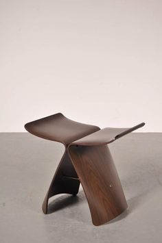SORI YANAGI, Butterfly stool, 1956. Material walnut and brass. Manufactured by Tendo, Japan.