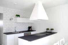 Sisätiloissa: Valkoinen keittiö