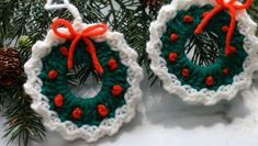 Design Peak - DIY knit, crochet, sew, design and create with us. Learn, work and grow your skills. Crochet Christmas Wreath, Crochet Wreath, Christmas Wreaths, Christmas Crafts, Christmas Patterns, Christmas Decorations, Crochet Daisy, Crochet Leaves, Knit Crochet