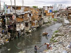 Filipino residents living in shanties along a river bank collect useful items in Pasay City, south of Manila. Philippine President Benigno Aquino signed a billion euro) nati. Poverty Photography, India Architecture, Architecture Design, Environment Concept, Environment Design, Manila Philippines, River Bank, Walled City, Out Of Africa