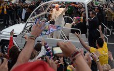 Pape François - Pope Francis - Papa Francesco - Papa Francisco - JMJ RIO 2013 - Papa Francisco acena para fiéis em Copacabana