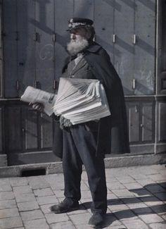 """Marchand de journaux, casquette au nom du """" Petit Journal """" à Reims  Description :  Titre série : Autochromes de la guerre 1914-1918, département de la Marne  Auteur :  Castelnau Paul (1880-1944)Opérateur de l'armée"""