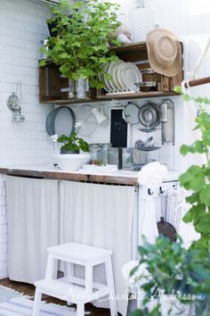 sweetest little outdoor kitchen Scandinavian Cottage, Compact Living, Outside Living, Beautiful Interior Design, Summer Kitchen, Green Rooms, Industrial House, Dream Decor, Beautiful Kitchens