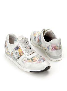 aQa-A2875 | Durlinger Schoenen. Kleurrijke damessneakers van Aqa. De sneakers zijn gemaakt van leer en hebben een kunststof zool. De schoenen zijn voorzien van een kleurrijke bloemenprint.