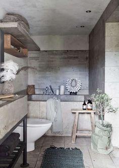 Concrete Bathtub in industrial bathroom design via Skona hem Yellow Bathrooms, Dream Bathrooms, Amazing Bathrooms, Industrial Bathroom Design, Industrial Interior Design, Concrete Bathtub, Shower Fixtures, Small Toilet, Bathroom Styling