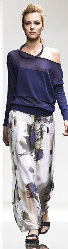 Восхитительно смотрятся широкие пижамные брюки с цветочным рисунком. Вообще одежда в пижамном стиле бывает однотонной или с яркими принтами: этническими, растительными или геометрическими.Found on http://pinterest.com