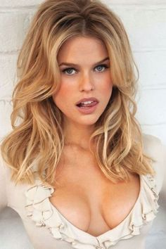 possibly the most beautiful eyes in the world Alice Eve Hot, Alice Sophia Eve, Beautiful Celebrities, Beautiful Actresses, Gorgeous Women, Most Beautiful Eyes, Exotic Women, Belleza Natural, Cut And Color
