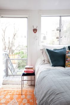 A CUP OF JO: San Francisco apartment tour Good tips on making small spaces work. Apartment Design, Bedroom Apartment, Home Bedroom, Airy Bedroom, Apartment Layout, Apartment Interior, Apartment Living, Master Bedroom, Bedroom Decor
