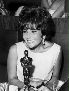 Elizabeth Taylor oozes old Hollywood glamour in Christian Dior at the 1960 Academy Awards. Old Hollywood Glamour, Vintage Hollywood, Hollywood Stars, Classic Hollywood, Vintage Glam, Virginia Woolf, Elizabeth Taylor, Queen Elizabeth, Marlene Dietrich