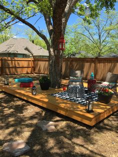 Floating deck around a tree. Tree Bench, Building A Deck, Deck Around Trees, Landscaping Around Trees, Backyard Landscaping, Garden Furniture, Outdoor Furniture, Outdoor Decor, Decking