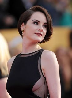 Michelle Dockery looking fabulous! (Note the crisp red mouth, defined clean smoky eye, crisp defined brow and clean, slightly angular attire) Michelle Dockery, Hair Color Pink, Cool Hair Color, Hair Colors, Short Hair Cuts, Short Hair Styles, Short Hair Makeup, Short Hair Trends, Lady Mary