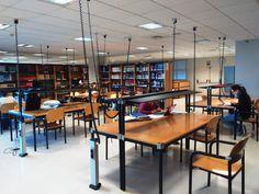 Vista general. Sala de lectura Conference Room, Table, Furniture, Home Decor, Reading Room, Filing Cabinets, Organize, Blue Prints, Libraries