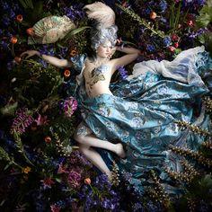 «Рококо» - чувственные портреты с тысячами реальных цветов от Алексии Синклер