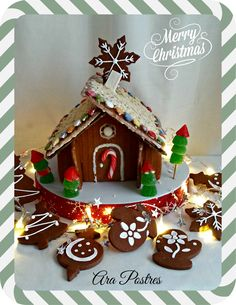 Casa de jengibre y galletas de chocolate con glasa #arapostres #galletas #navidad Gingerbread Houses, Cupcakes, Cookie Decorating, Merry Christmas, Decorated Cookies, Chocolate Cookies, Sweets, Desserts, Food Cakes