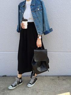 薄手のニットにデニムジャケットをサラッと羽織った、ミニマルだけどスタイリッシュなおしゃれコーデ。ブラックのタックスカートに同色のコンバース、コンパクトなリュックをあわせてこなれ感をプラス。