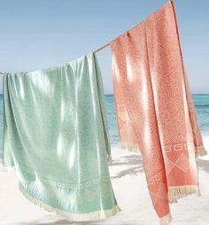 La Fouta serviette de plage Foscati vous offrira un confort et une douceur qui saura vous séduire en toutes circonstances, plage, hammam, maison, jardin. Avec sa grande taille, son confort et sa légèreté, nombreux sont ceux qui vont l'adopter. serviette de plage vert mint et rose suspendu à une corde pour sécher bord de mer sable fin eau turquoise ombre des feuilles de palmier sur le sol blog deco clem around the corner #deco #serviette #plage #beach #summer #poolparty #palmier #mer… Beach Aesthetic, Am Meer, Packing Light, Color Azul, Bath Towels, Ballet Skirt, Stylish, Corner Deco, Design