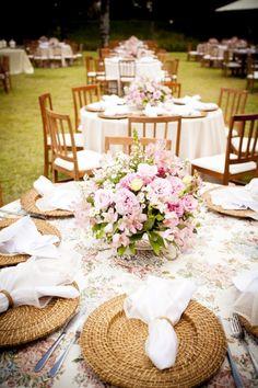 """Decoração de mesa: sousplat de """"madeira"""", guardanapos com prendedor e arranjo de flores"""