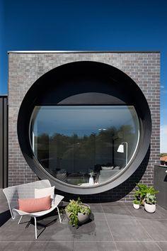 멜버른 교외 Ivanhoe East의 BKK 건축가가 설계한 이 아파트의 벽돌 정면은 원형의 창이 지배한다. 창문은 길을 향해 투영되는 6개의 높다란 큐브 높이에 걸쳐 있어 자연 채광이 집안 내부 공간을 가득 채운다. 전반적인 건물의 부피를 줄이고 작은 규모로 표현함으로써 고도로 표현되었고, 이는 현대적인 방식으로 역사적 주택 형태의 중요성과 표현을 그려낸 것이다. Circular windows dominate the staggered brick facades..