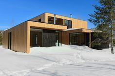 En décembre dernier, à l'approche de Noël, une famille nous a ouvert les portes de son chalet, à Saint-Donat. Dans cette demeure habillée de bois, on retrouve l'esprit chaleureux de l'ancien «shack» des lieux.