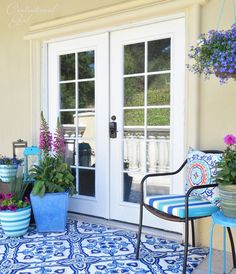 Dress up your entry in no time with flowers, an outdoor rug and outdoor pillows. @Centsational Girl