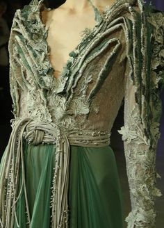 Basil Soda Green Couture - Inspiration by Color Couture Details, Fashion Details, Look Fashion, High Fashion, Fashion Design, Basil Soda, Vintage Outfits, Glamour, Mode Style