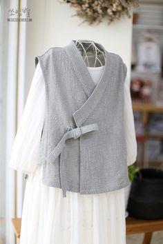 법복..절복으로 입으시는 철릭원피스일주일전쯤 익숙한 전화한통.. 한달전쯤 통화한 기억이 있는 손님.. 산... Kimono Fashion, Hijab Fashion, Korean Fashion, Fashion Outfits, Womens Fashion, Modern Kimono, Diy Kleidung, Techniques Couture, Korean Dress