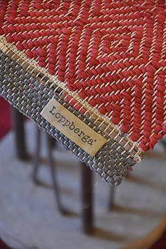 I've been looking for this for a long time. How it makes me long for weaving. Looks like one of my rugs.I am a weaver Weaving Textiles, Weaving Art, Weaving Patterns, Loom Weaving, Tapestry Weaving, Hand Weaving, Diy Tricot Crochet, Mode Crochet, Swedish Weaving