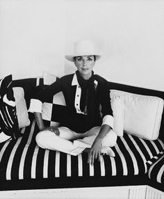"~Gloria Guiness ~One of Truman Capote's ""Swans"" ~Babe Paley, Gloria Guinness, Slim Keith & C. Guest were his others ~* Elsa Peretti, Guinness, Carolina Herrera, Karl Lagerfeld, Slim Keith, Timeless Fashion, Vintage Fashion, 1960s Fashion, Vintage Style"