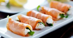 Roulé de saumon fumé à l'aneth, fromage frais et pousses d'épinard
