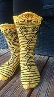 Hullaantuneet puikot! : Keltaista ja mustaa kerrosrivinousua. Knitting Socks, Knit Socks, Slouchy Hat, Boot Cuffs, Leg Warmers, Mittens, Needlework, Slippers, Ankle