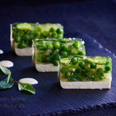 SnapDishに投稿されたimokuriankoさんの料理「残り物で緑のテリーヌ 残り物リメイク 野菜のテリーヌ おつまみ手料理 (ID:8C008a)」です。「鯛子と春野菜のpicの時に作った野菜のお浸しが残ったので テリーヌにリメイクしました ブルーチーズクリームのゼリーと組み合わせてみました そのままでもチーズの味で十分食べれるけど 練りごまを昆布だしで伸ばしたソースを添えてみました 見た目洋食っぽいけど そもそもお浸しなので和食です お酒のあてにしました」テリーヌ リメイク おつまみ Finger Food Appetizers, Appetizers For Party, Finger Foods, Appetizer Recipes, Timbale Recipe, Japanese Menu, Japanese Style, Modern Food, Food Presentation
