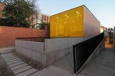 Construido por Gubbins Arquitectos en Santiago, Chile con fecha 2009. Imagenes por Cortesía de Gubbins Arquitectos. El proyecto se emplaza en un terreno con una característica especial al tener éste un frente de 25 metros y un fondo ...