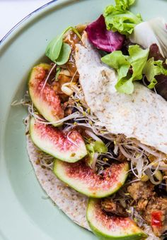 Filling and delicious fresh fig, smoky tofu + aubergine wrap - perfect any time of the day! Fig Recipes, Wrap Recipes, Lunch Recipes, Vegetable Recipes, Vegetarian Recipes, Dinner Recipes, Fig Rolls, Fig Salad, Salad Wraps