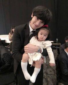 Chanyeol with kids! My heart hurts😭💓 Baekhyun Chanyeol, Kris Wu, Fanfic Exo, Rapper, Selca, Xiuchen, Exo Korean, Kpop Exo, Dimples