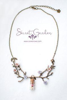 ´Purple de collar de botella de jardín secreto versión   Hechos a mano. El collar más romántico. Flores de cristal checo se enganchan perfectamente a