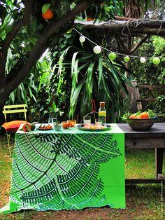 Inred trädgårdens favoritplatser och uterum med färgstark textil och sköna kuddar! Inget är så somrigt som att lägga på en duk på trädgårdsbordet och bjuda på läskande citrus i skuggan.