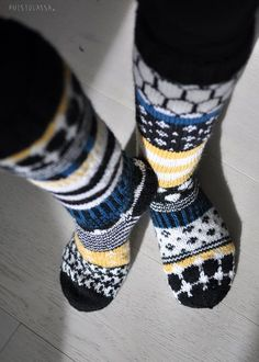 PUISTOLASSA: RUKSI SEINÄÄN - PARILLISET VILLASUKAT (SOPIVASTI ERIPARIA) Knitting Charts, Knitting Socks, Woolen Socks, Crazy Outfits, Fair Isle Knitting, Marimekko, Diy Accessories, Mittens, Knit Crochet