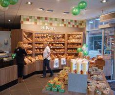 Semi-zelfbediening: De klant wordt pas geholpen als hij weet wat hij wil kopen, bijv. groentewinkel, plantenzaak.