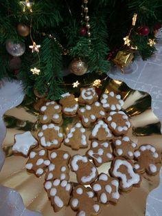 Fursecuri din turta dulce pentru Craciun   Orice ieftin. Christmas Wreaths, Christmas Tree, Gingerbread Cookies, Holiday Decor, Desserts, Blog, Teal Christmas Tree, Gingerbread Cupcakes, Tailgate Desserts