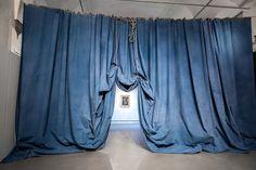 "Duel – ""Di un sole dorato"", Ulla von Brandenburg Theatre Design, Stage Design, Set Design, Arched Window Treatments, Arched Windows, Arabian Art, Video Installation, Scenic Design, Chalk Art"
