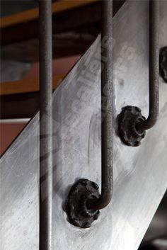 Photo DT99 - ESCA'DROIT® 1/4 Tournant Bas. Escalier intérieur balancé métal et bois style 'bistrot' pour une décoration classique. Finition : acier brut patiné. - Modèle déposé - © Photo : Nicolas GRANDMAISON