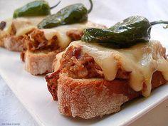 Con sabor a canela: Tosta gallega/ Chicharrones,queso san Simon, pimientos de Padron/ con receta. Chicharrones, I Want To Eat, Antipasto, San Simon, French Toast, Padron, Sandwiches, Appetizers, Gluten