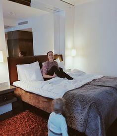 Kylpylän poreet juoksun jälkeen illallinen livemusan sävelissä hotellin sängyllä pomppimista ja just painan pään pehmeään tyynyyn. Kiitos ystävät tästäkin häälahjasta. Me nautitaan. Huomenna korkkaan avannon ja höyrysaunan.