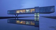 A Villa Kogelhof, na Holanda, é metade flutuante e metade subterrânea. Projeto impressionante que também concorre com a casa de Itaipava (Fo...
